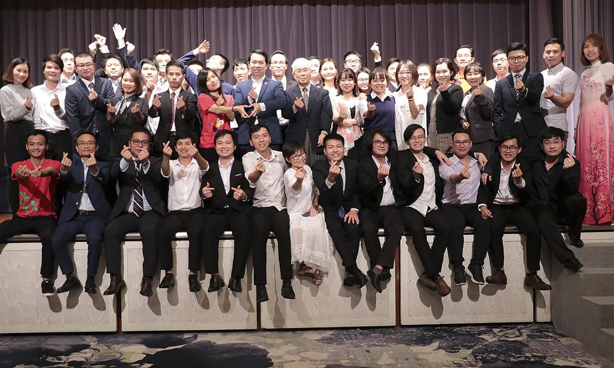 """Do yếu tố địa lý, FPT Japan có đến 9 văn phòng và 2 trung tâm trải khắp từ Bắc đến Nam, từ Đông sang Tây Nhật Bản nên Sum-up FPT Japan năm nay lần đầu tiên diễn ra ở ba nơi. FPT R&D Okinawa với tốc độ tăng trưởng nhân sự cao, năm 2018 đã chạm mốc 80 người, lại nằm ở cực Nam của Nhật Bản nên sẽ được tách ra khỏi khu vực West Japan (phía Tây Nhật Bản) để tổ chức Sum-up riêng vào ngày 12/1. FPT Nagoya với sự tăng trưởng doanh thu và nhân sự cao, trở thành đầu tàu của cả khu vực West Japan, lần đầu tiên được chọn tổ chức Sum-up chung cho toàn khu vực vào ngày 20/1. Cuối cùng là lễ Sum-up chính của FPT Japan với sự tham dự của toàn bộ CBNV FPT Japan khu vực East Japan (phía Đông Nhật Bản) diễn ra tại Tokyo vào chiều 26/1 - với sự tham dự của trên 700 CBNV. Chủ đề chung của cả 3 lễ Sum-up là """"Leng Keng""""."""