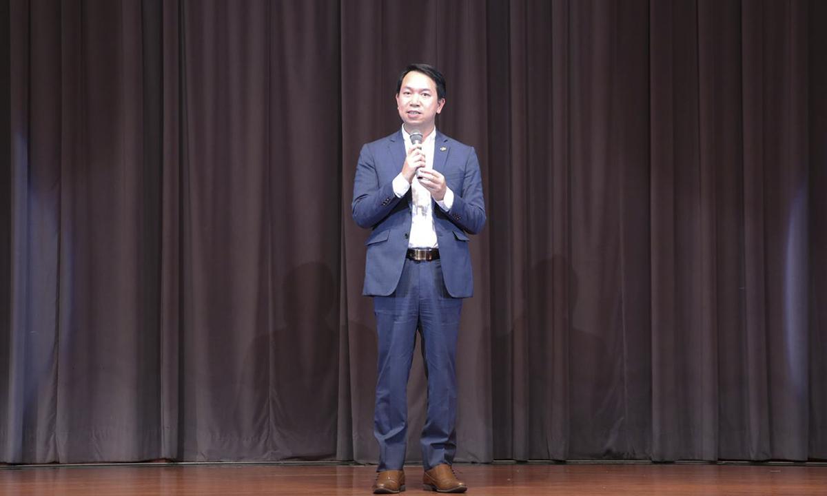 """Anh Vương mong muốnFPT Okinawanỗ lực hơn nữa trong năm 2019 với mục tiêu 200 người và trở thành công ty về IT lớn ở khu vực Okinawa. """"Tôi hy vọng FPT Japan năm 2019 sẽ đạt nhiều thành tích hơn nữa và rất cần sự chung vai của mọi người trong đó có các CBNV của FPT Okinawa"""", tân CEO FPT Japan nhấn mạnh."""