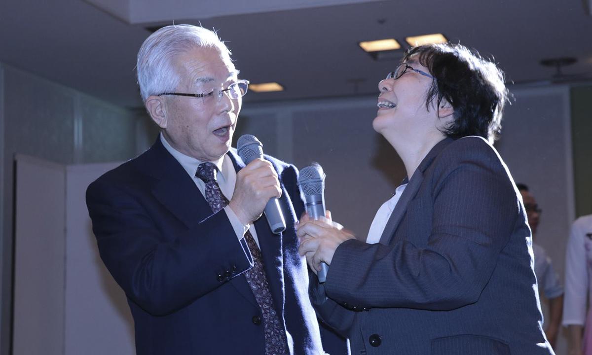 CụOgawa Takeo81 tuổi quẩy cùng các bạn trẻ 9x của Okinawa khiến cả khán phòng thích thú. Cụ nhảy, cụ hát, cụ nâng cao ly dzô cùng với các bạn trẻ đến tận nửa đêm. Đó chính là sự lan truyền ngọn lửa tinh thần nhiệt huyết của các thành viên FPT Okinawa.