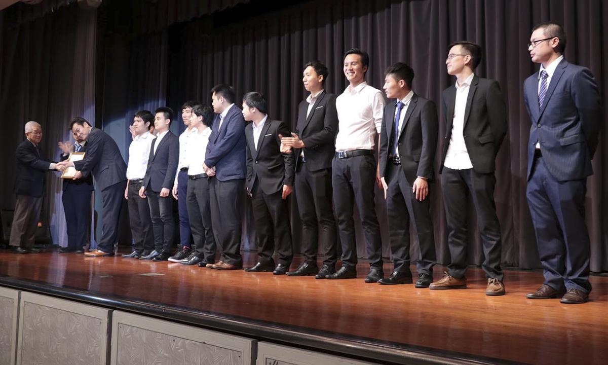 """Ngay sau phần phát biểu của hai lãnh đạo, Ban tổ chức đã tôn vinh các cá nhân và tập thể xuất sắc năm. Anh Miyazato Satoshi với thành tích chỉ chưa đầy 1 tháng sau ngày gia nhập FPT đã săn được khách hàng """"cá voi"""" cho Okinawa, thúc đẩy công việc kinh doanh với khách hàng, gia tăng quân số choFPT Okinawahàng chục người đã vinh dự là thành viên duy nhất của FPT Okinawa giành danh hiệu Cá nhân xuất sắc FPT Japan 2018."""