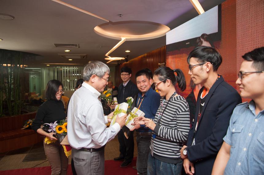 GĐ Bùi Quang Ngọc trao giải cho những sáng tạo giành giải vàng iKhiến trong năm 2018.