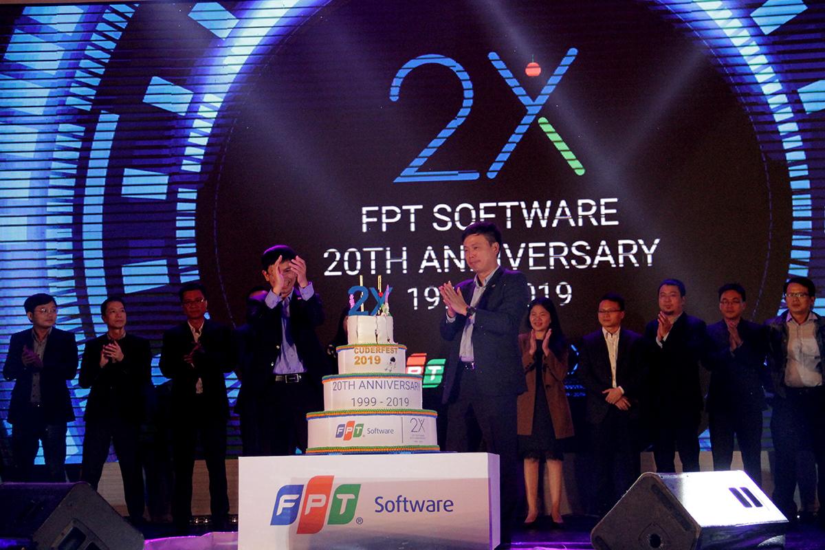 Toàn thể lãnh đạo tiến lên sân khấu để cắt bánh chúc mừng sinh nhật FPT Software 20 năm. CEO FPT Software Phạm Minh Tuấn và Chủ tịch FPT Software Đà Nẵng Nguyễn Tuấn Phương đại diện thắp nến.