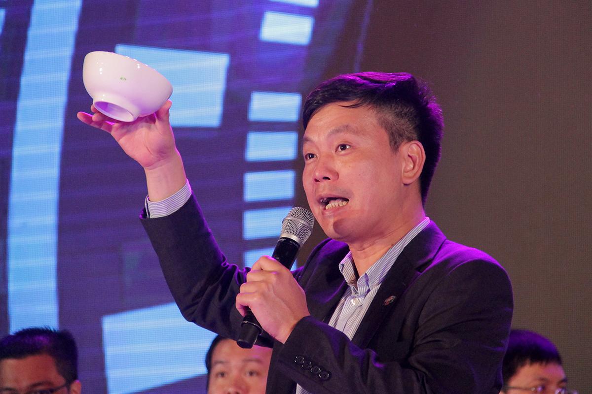 Anh Phạm Minh Tuấn đề nghị toàn thể CBNV cùng nâng cốc chúc mừng FPT Software tròn 20 tuổi.