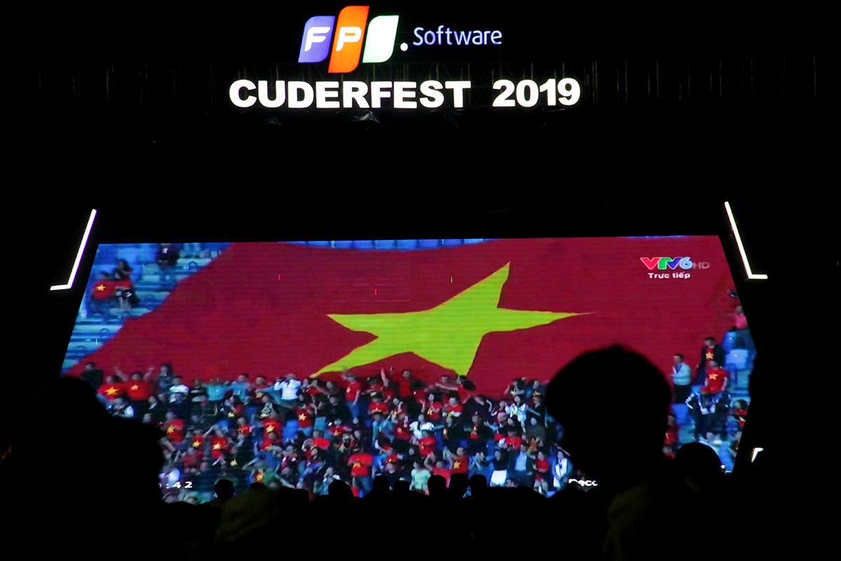 Trước khi bước sang phần tiệc âm thanh và ánh sáng, hơn 2.000 CBNV được nhìn lại chặng đường lịch sử của đội tuyển Việt Nam tại Asian Cup 2019. Mới nhất, thầy trò HLV Park Hang-seo đã đánh bại Jordan để góp mặt tại tứ kết.