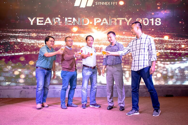 Lãnh đạo, khách mời cùng toàn thể CBNV Synnex FPT miền Trung nâng ly chúc mừng năm 2018 thắng lợi và hướng tới chu kỳ tăng trưởng mới.