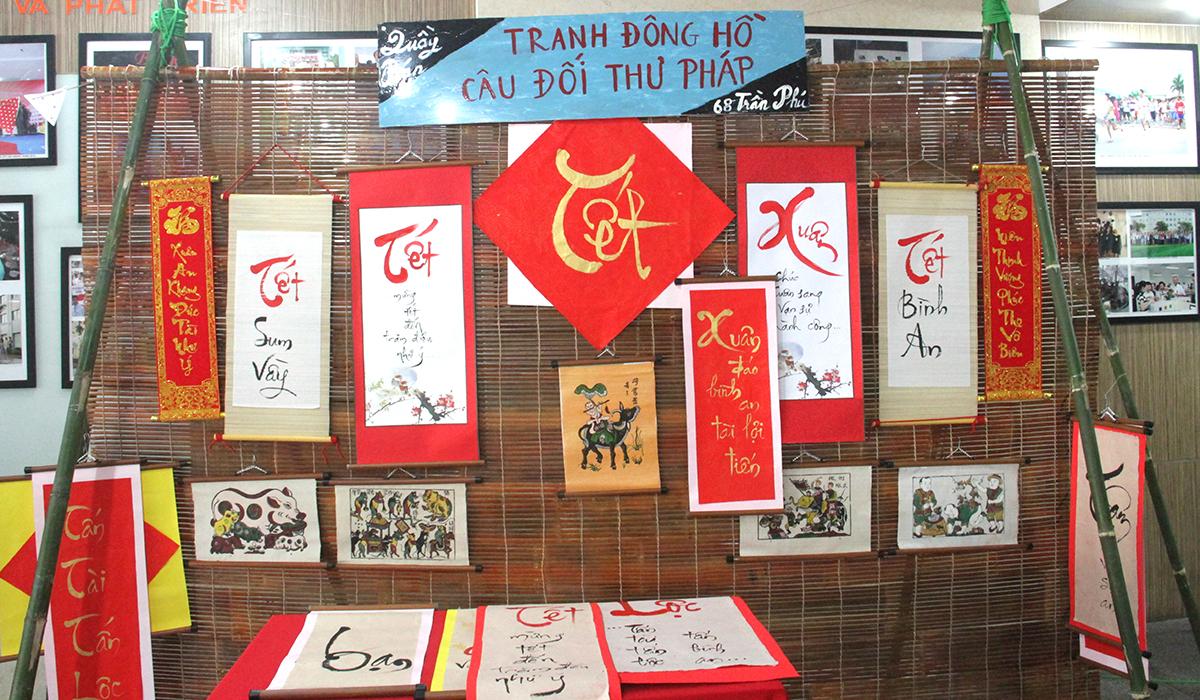 Bên trong sảnh tòa nhà, nhiều gian hàng được trưng bày để thể hiện không khí Tết cổ truyền Việt Nam như tranh đồng hồ, câu đối...