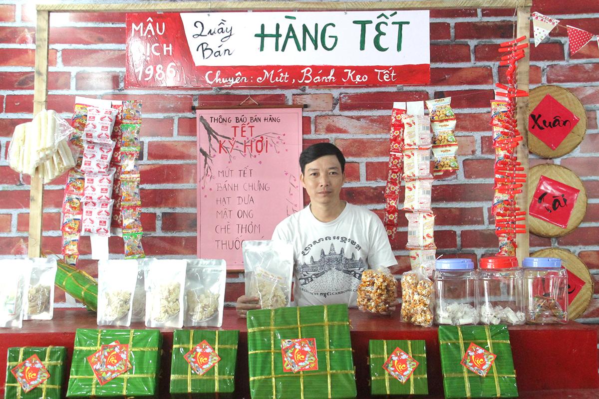 Anh Nguyễn Hữu Lương, Synnex FPT, chụp hình lưu niệm tại hàng bán đồ Tết như kẹo, bánh chưng, mứt, hạt dưa...