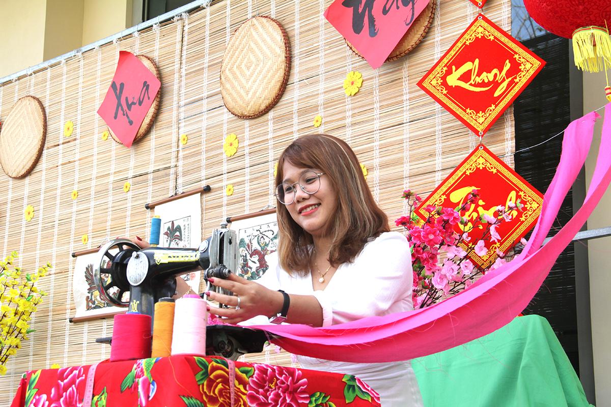 Khuôn viên nhà trường được tạo dựng thành những tiểu cảnh nhiều màu sắc, mang không khí Tết cổ truyền Việt Nam. FPT School cơ sở Đà Nẵng sử dụng chiếcmáy khâu bàn đạp cũ để trang trí tại sảnh tòa nhà.