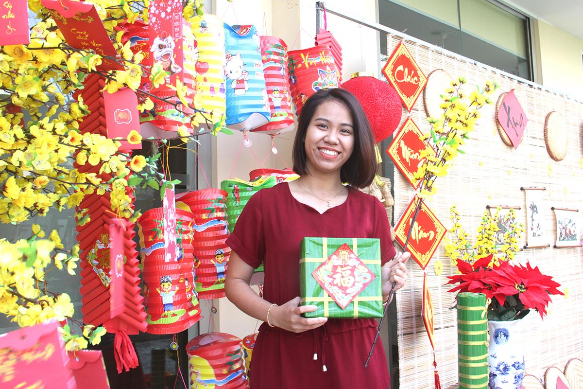 Chị Trần Thị Vân Anh, Trưởng phòng Tuyển sinh FPT School cơ sở Đà Nẵng, ghi lại khoảnh khắc đẹp trong khung cảnh hoa mai, lồng đèn và bánh chưng...