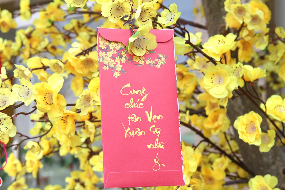 Mỗi góc đều được trang trí theo một phong cách riêng, tập trung vào biểu tượng hoa, câu chúc. Những hình ảnh ánh lên vẻ đẹp lung linh mang không khí mùa xuân đến gần hơn với mọi người.