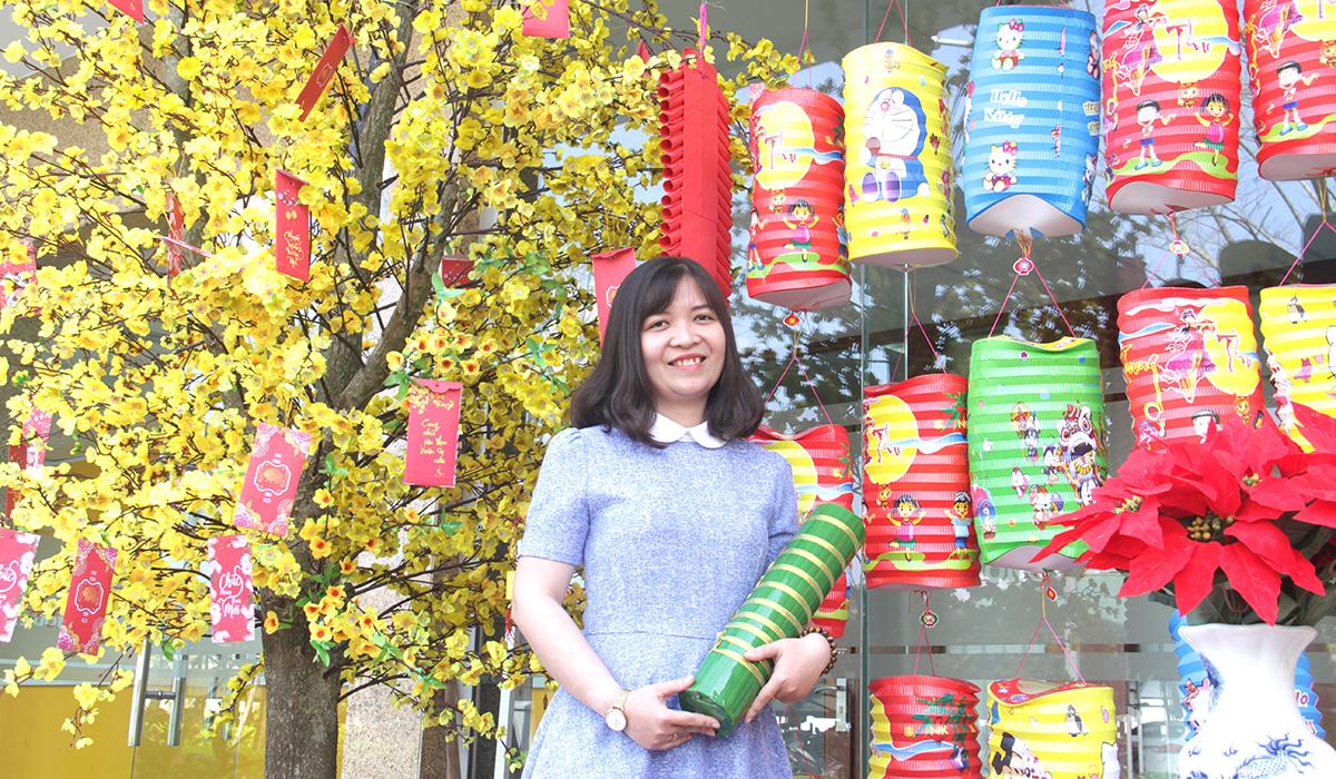 Đứng trong không gian của mùa xuân, nữ cán bộ FPT School cơ sở Đà Nẵng gây ấn tượng bởi nét trẻ trung và tự tin.