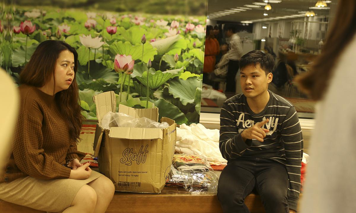"""Biên đạo được mời từ Việt Nam sang Nhật để hỗ trợ FPT Japan tập luyện Sum-up. """"Bên đây chi phí đắt đỏ, CBNV lại sống xa nhà, nhưng tôi thấy tinh thần luyện tập của các anh chị em rất cao, tập luyện rất hiệu quả"""", biên đạo đánh giá. """"Khó khăn lớn nhất là tập hợp đầy đủ đúng giờ bởi có diễn viên phải di chuyển 2 giờ mới đến nơi""""."""