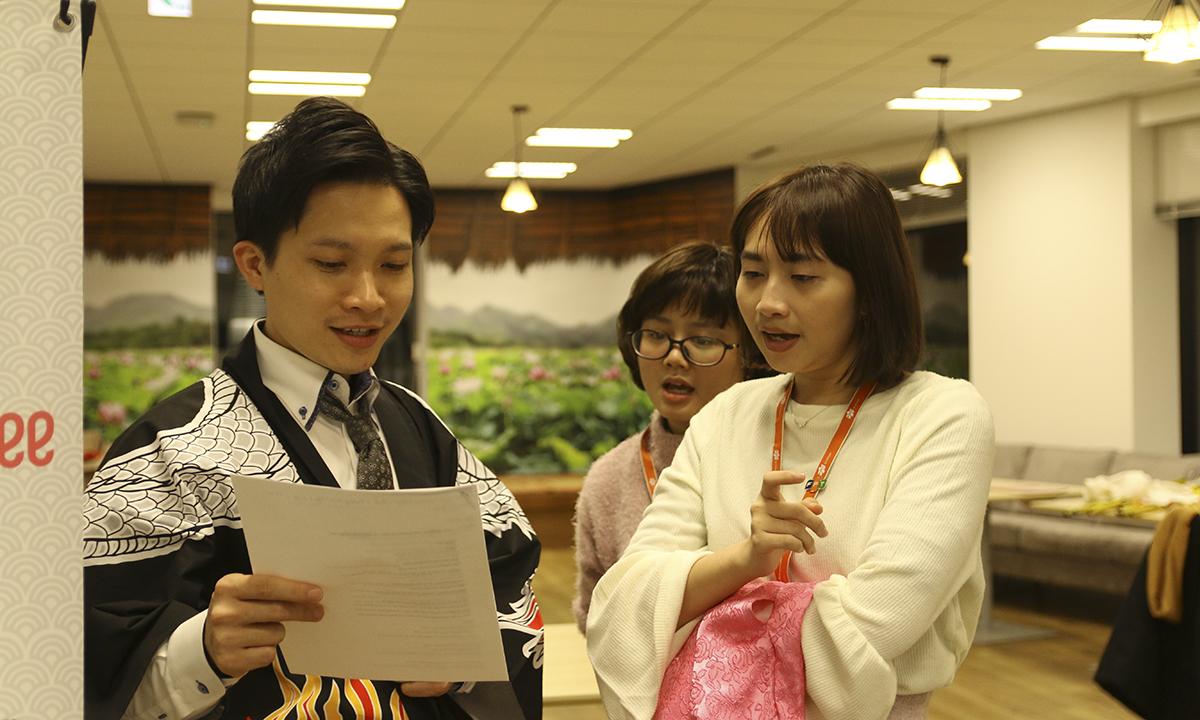 Một nhóm diễn viên tranh thủ đọc lại kịch bản. Anh Nguyễn Phúc Thịnh cho biết đây là Sum-up đầu tiên được tham gia tại FPT Japan, tham gia luyện tập cùng anh em, anh cảm thấy rất vui và mong cho được đến ngày để đứng trên sân khấu.