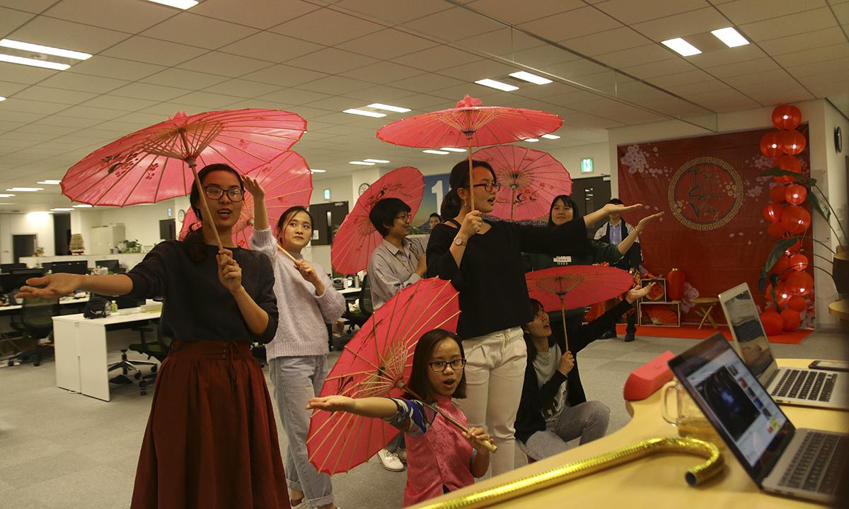 Đạo cụ được sử dụng trong vở kịch mang màu sắc văn hóa Nhật.