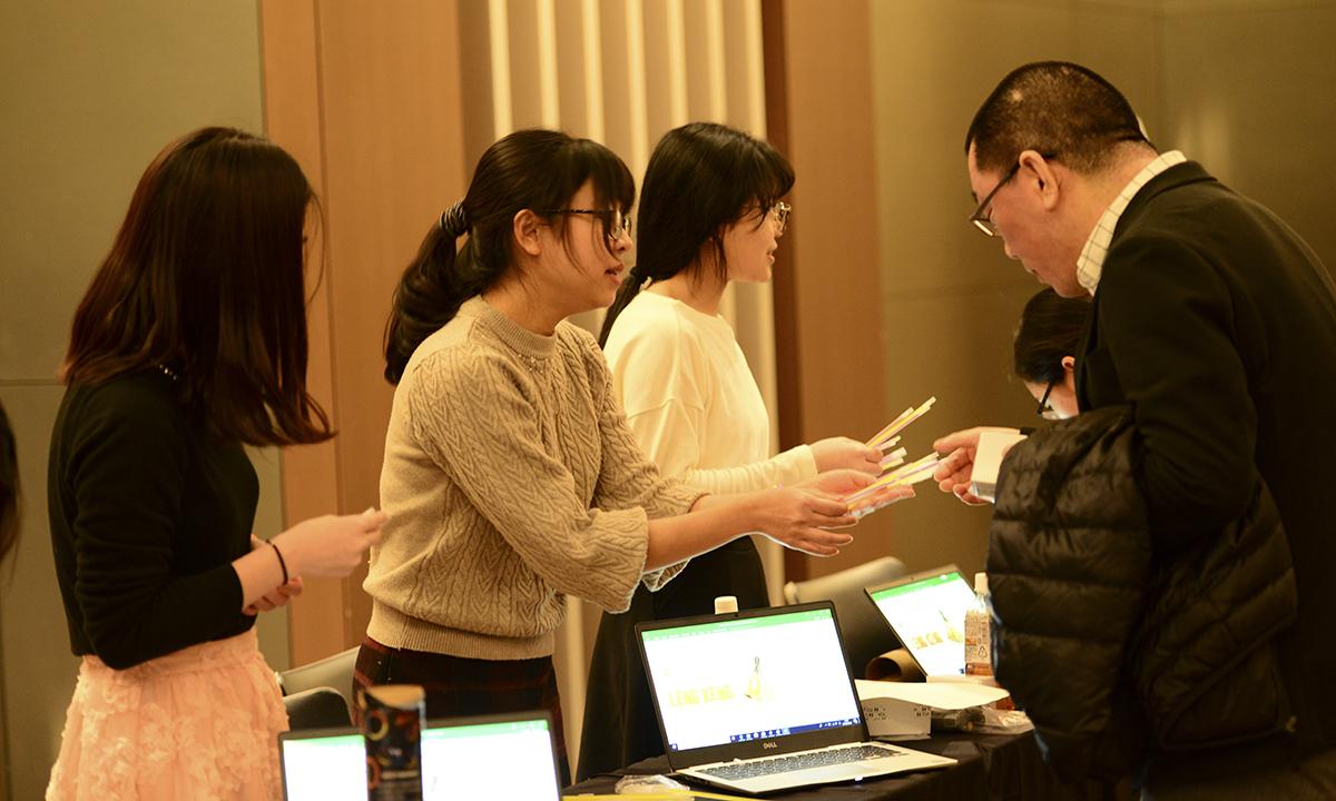 Lễ tổng kết hoạt động kinh doanh của FPT Japan bắt đầu từ 14h (12h Việt Nam) ngày 26/1 tại Sumitomo Real Estate Shinjuku Garden Tower, tòa nhà B2 Belle Salle Takadanobaba, quận Shinjuku, Tokyo. Trong ảnh: CBNV tham dự thực hiện check-in để có cơ hội quay số may mắn, trong đó phần quà giá trị nhất là chiếc Macbook Pro 13 inch, giá 30 triệu đồng.