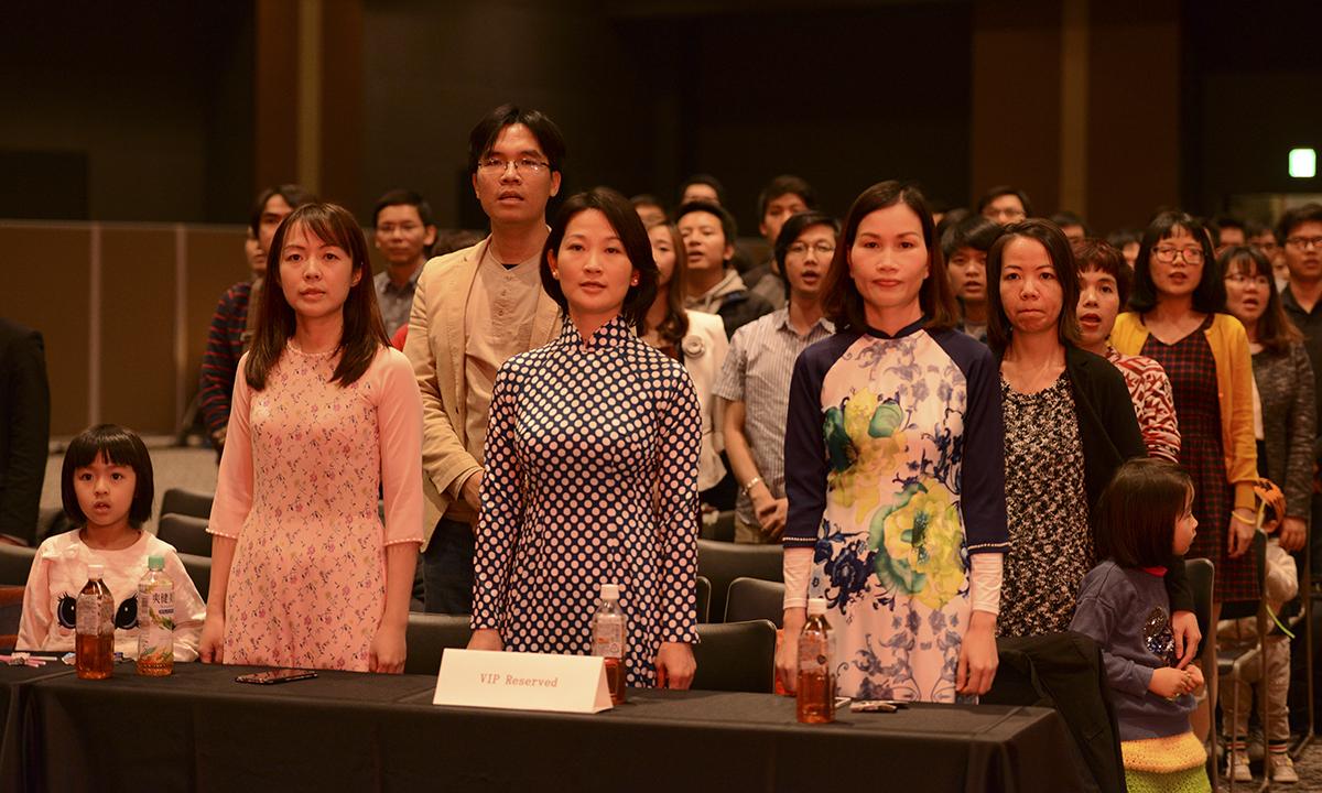 Toàn thể người tham dự Sum-up làm lễ chào cờ. Không khí hội trường trang trọng khi Quốc ca Việt Nam, Quốc ca Nhật Bản và FPT ca vang lên.