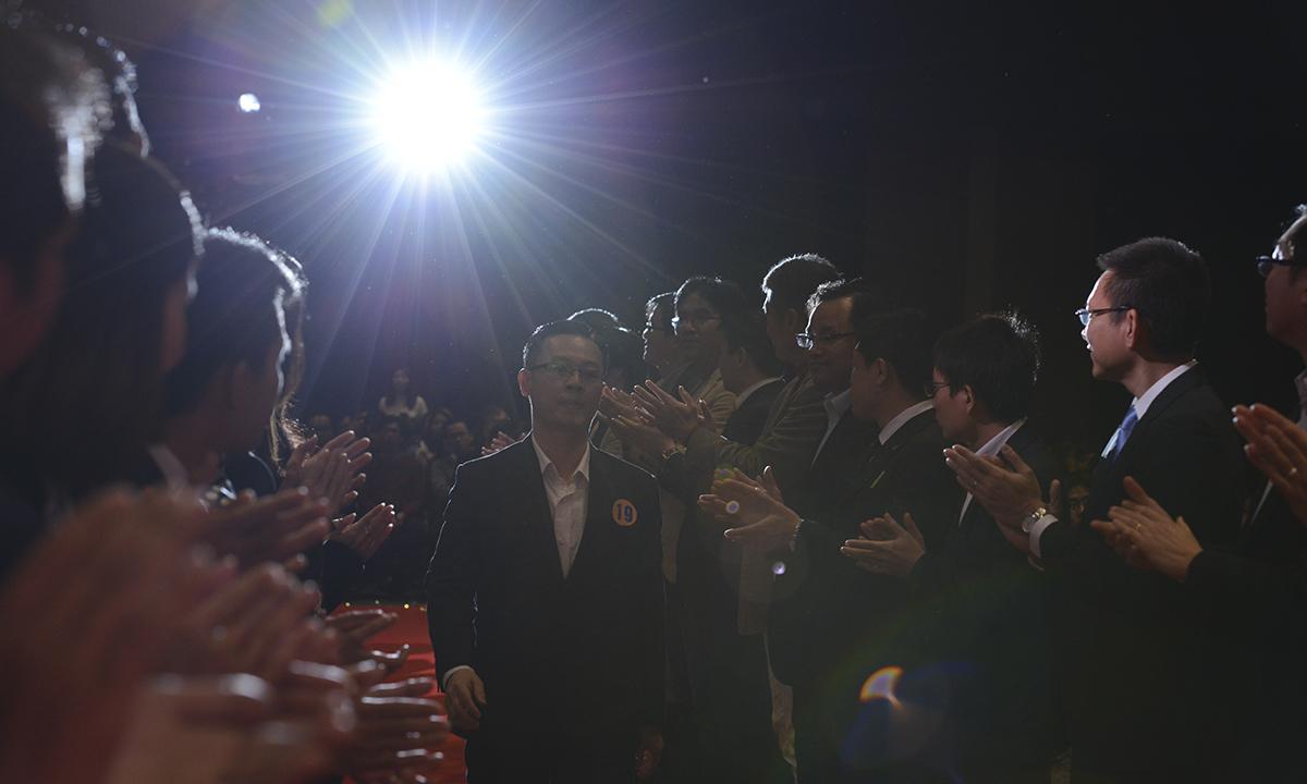 """2018 là một năm với rất nhiều thay đổi và rất thành công đối với FPT Japan. Sum-up là dịp để CBNV FPT Japan ngồi lại cùng nhau 1 năm với rất nhiều sự kiện, hướng đến 2019 với OKR và """"Leng Keng"""" khắp đơn vị. Đóng góp vào thành công đó chính là sự cống hiến của các cá nhân, tập thể xuất sắc.Sum-up FPT Japan 2018 là nơi tôn vinh những cống hiến ấy. Trong hình, tập thể cán bộ quản lý FPT Japan đứng thành 2 hàng để chào đón các cá nhân, tập thể xuất sắc lên sân khấu vinh danh."""