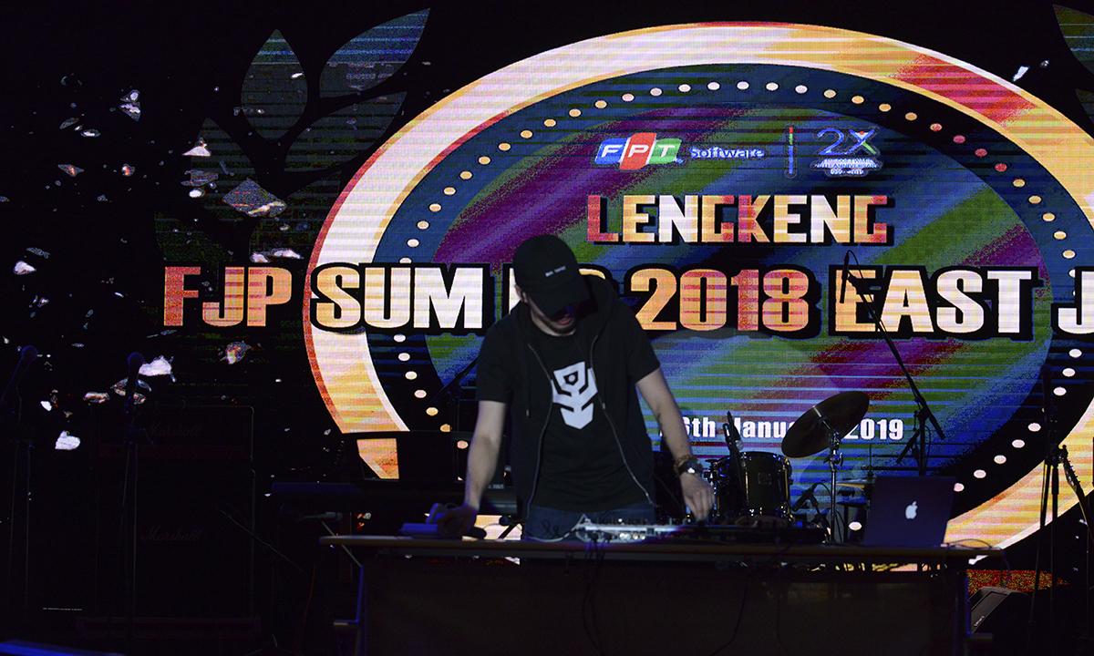DJ Thomas Nguyễn đốt cháy những khoảnh khắc cuối cùng của Sum-up.