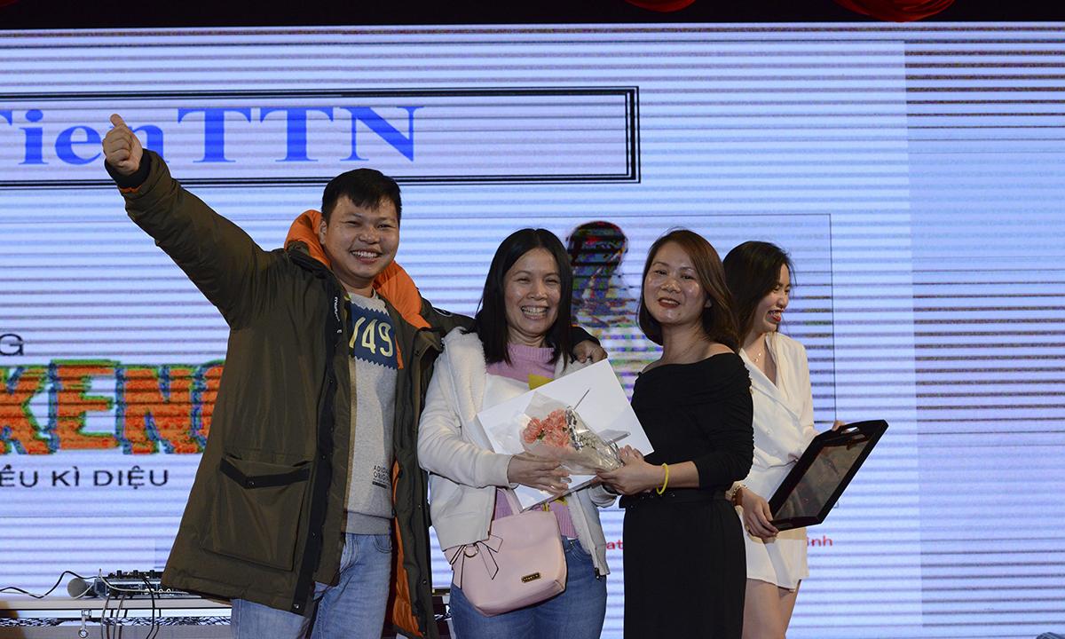 Khán giả may mắn nhận được chiếc Macbook Pro trị giá 30 triệu đồng là chị Trương Thị Ngọc Tiên. Chị cho biết rất vui và bất ngờ vì từ trước đến nay ít quay được phần thưởng lớn như vậy.
