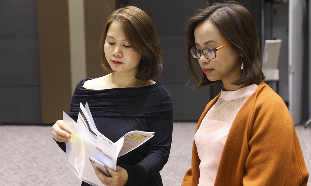 Chị Phạm Thu Huyền (phải) - Trưởng phòng SSC FPT Japan là Trưởng Ban tổ chức Sum-up FPT Japan, đang rà soát lại những hạng mục chuẩn bị cuối cùng để Sum-up được khai màn suôn sẻ. Chị Phạm Thu Huyền vừa đảm trách vị trí trưởng phòng SSC FPT Japan từ 1/1/2019.
