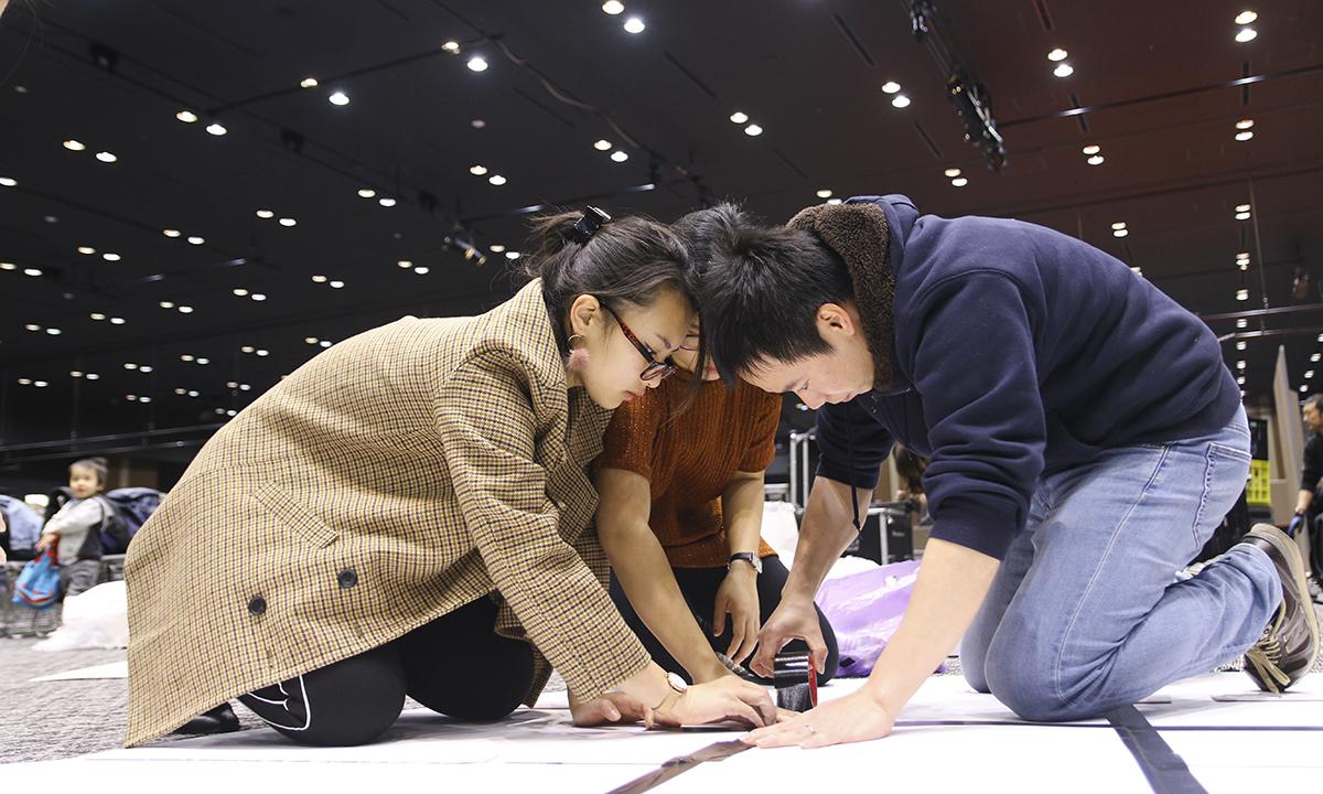 Trong điều kiện nhân lực có hạn, tất cả thành viên Ban tổ chức, thậm chí diễn viên,... đều xăn tay áo để set-up sân khấu.