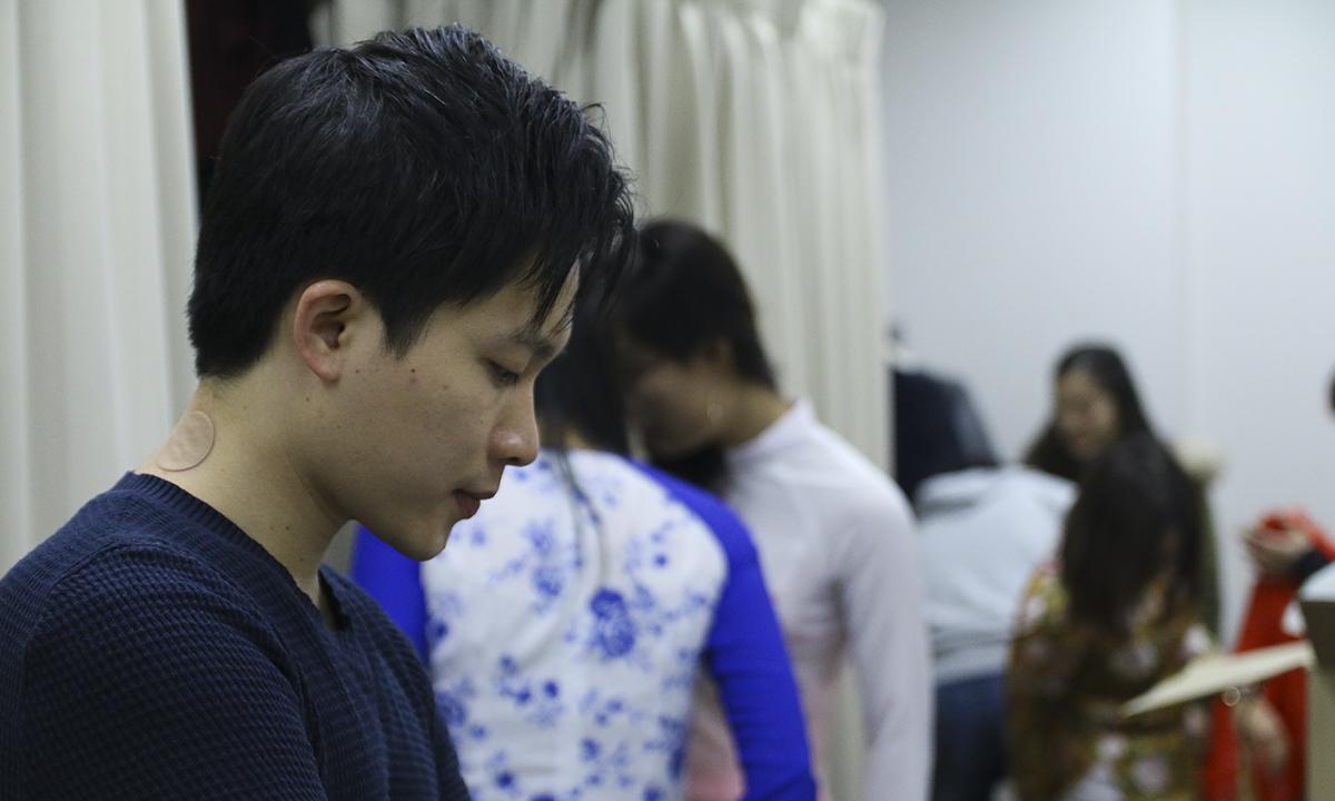 """Anh Nguyễn Phúc Thịnh - diễn viên vở kịch """"Hòa hay không Hòa"""" đang tranh thủ ôn lại kịch bản."""