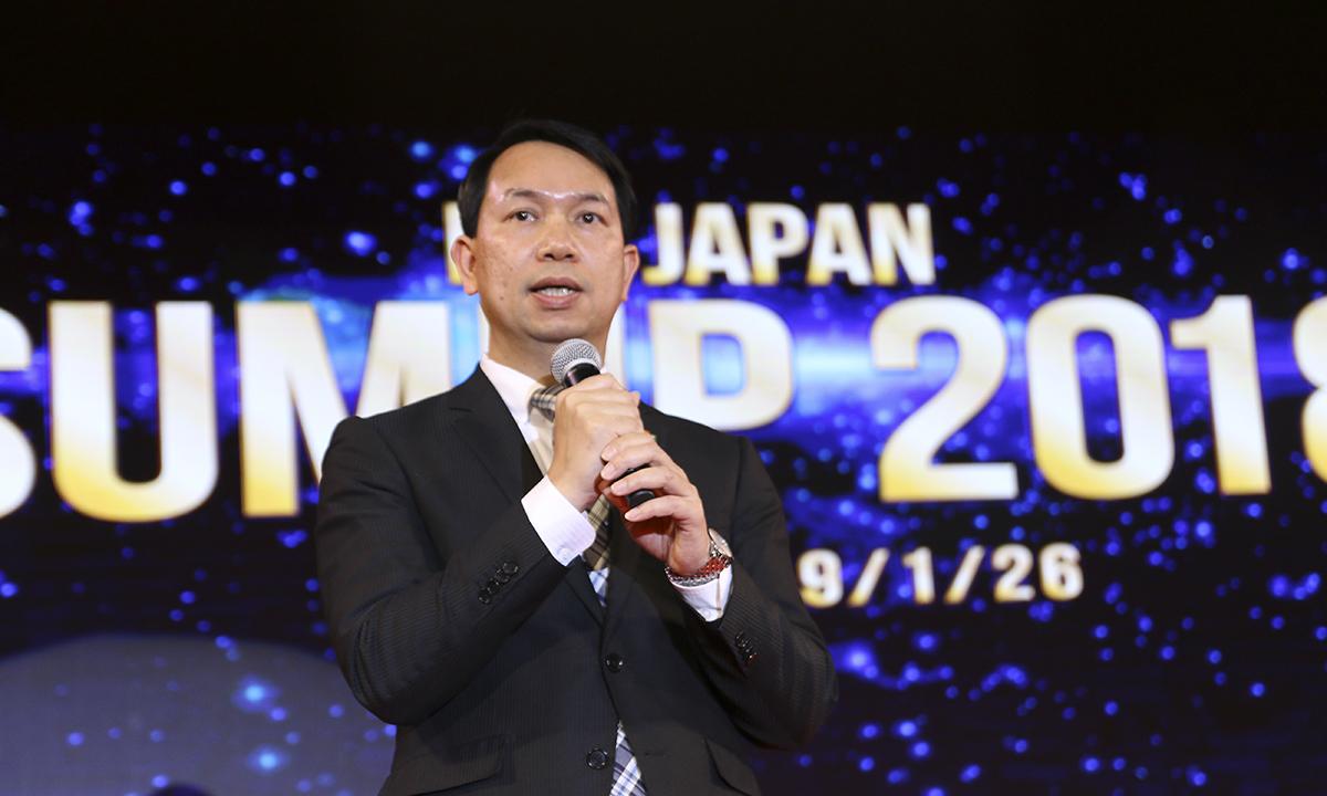 """CEO FPT Japan Nguyễn Việt Vương điểm lại năm 2018 nhiều thành công của FPT Japan bằng những con số. Cụ thể, năm 2018, lợi nhuận và doanh thu của FPT Japan đều vượt mục tiêu, tăng 30%, hoàn thành mục tiêu nhân sự 1.000 người vào tháng 6. Điều này tạo tiền đề để đạt 1.300 nhân sự vào dịp sinh nhật FPT Japan 13 năm (13/11). Trong năm 2018, FPT Japan đã mở thêm 4 văn phòng đại diện, bao gồm: Shizuoka, Yokohama, Sapporo, Hiroshima và 2 trung tâm phát triển (Toyota-shi, Kariya). Năm 2018 cũng chứng kiến sự phát triển tích cực tại 2 chi nhánh ngoài nước là FPT Korea và FPT Thượng Hải, trong đó FPT Thượng Hải tăng trưởng đột phá 1.200%. Ngoài ra, trong năm 2018, FPT Japan săn được 26 """"cá voi"""" mới là những công ty hàng đầu Nhật Bản. Năm 2019, cùng với đợt tái cấu trúc của toàn FPT Software, FPT Japan cũng sẽ chuyển đổi sang mô hình mới bao gồm 4 VI (Vertical Industry/ngành kinh tế lớn): MFG - Manufacturing Group, FSG - Finance Service Group, DLG - Digital Logistics Group, và JSI - Japan System Integration. Đây được kỳ vọng là bộ máy giúp FPT Japan và FPT Software phát triển vững chắc trong những năm tới. Ngay sau đó, lần lượt đại diện các VI trình bày trước buổi lễ mục tiêu Leng Keng của đơn vị trong thời gian tới."""
