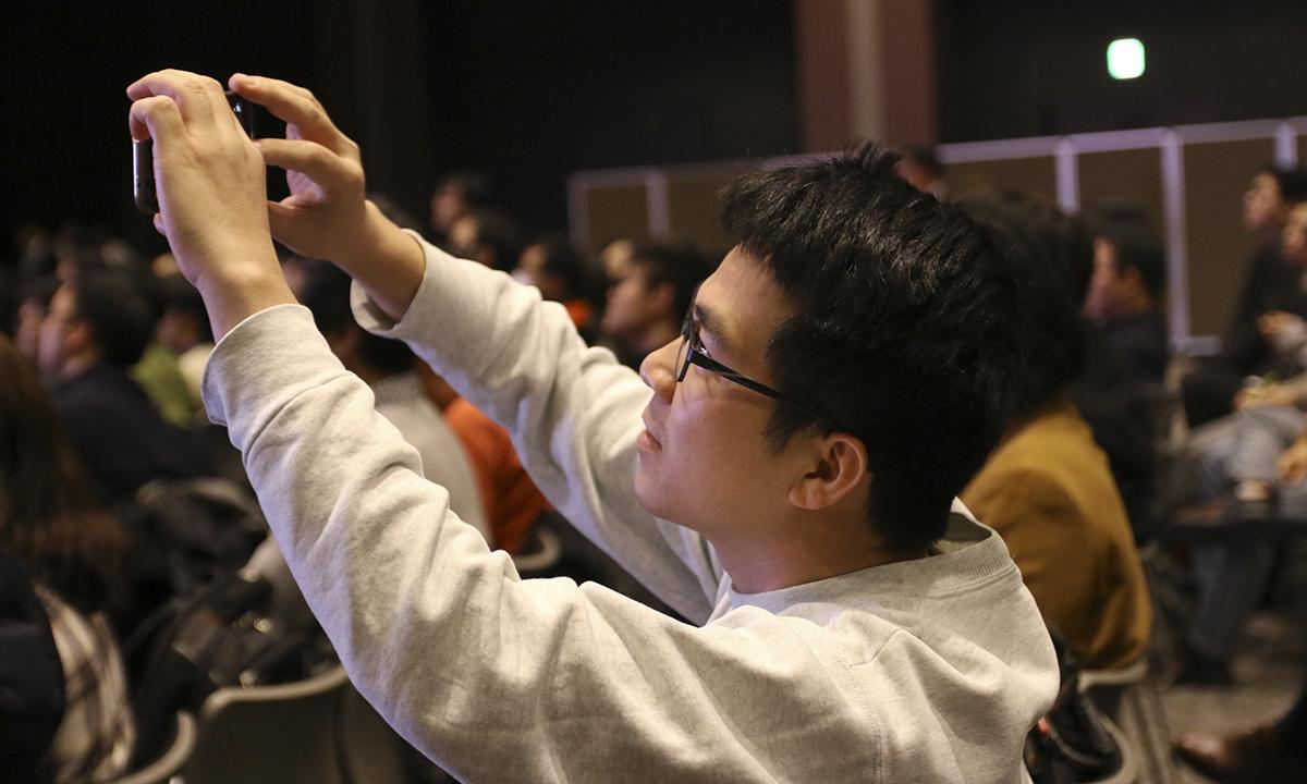 Người tham gia chăm chú theo dõi và ghi lại những khoảnh khắc ấn tượng.