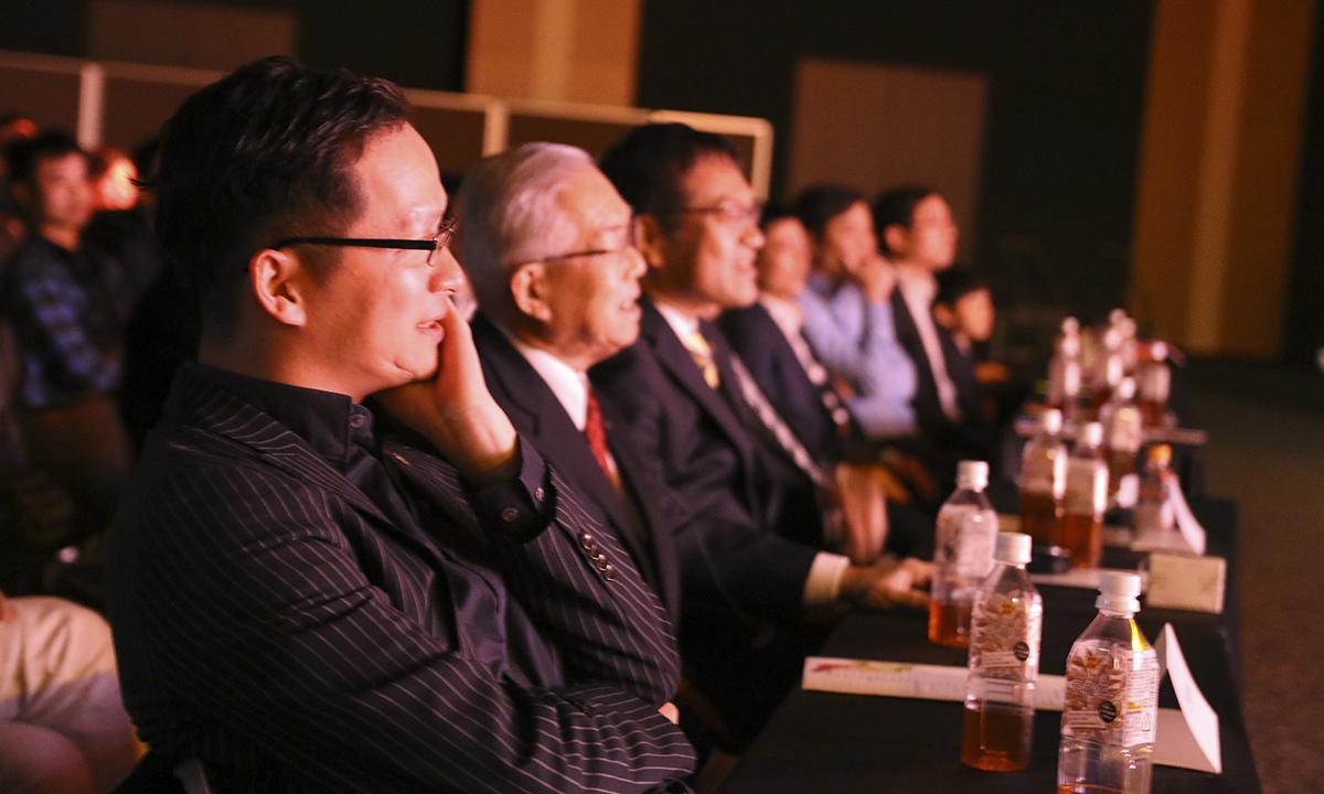 Anh Trần Đăng Hòa ở hàng ghế dưới chốc chốc lại cúi xuống vì xúc động trước những tình cảm mà FPT Japan dành cho mình, đôi lúc lại thích thú với những lời thoại hài hước, dí dỏm trong vở kịch.