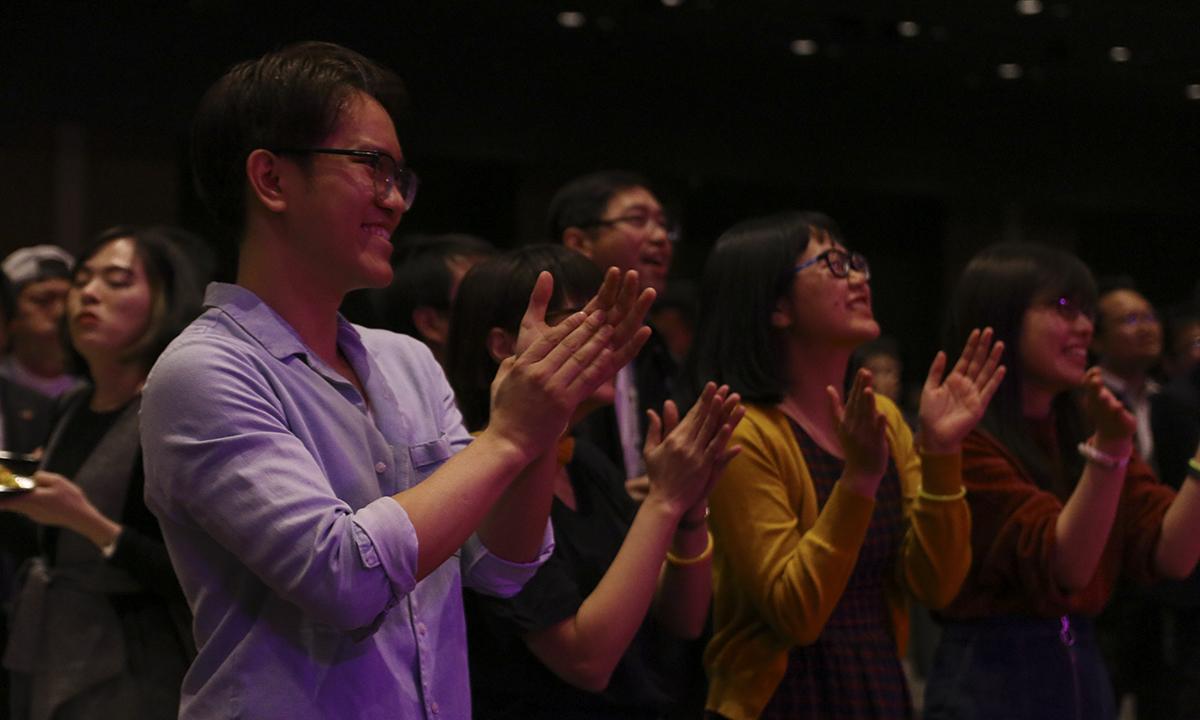Khán giả vỗ tay không ngớt cho các ca sĩ trên sân khấu.