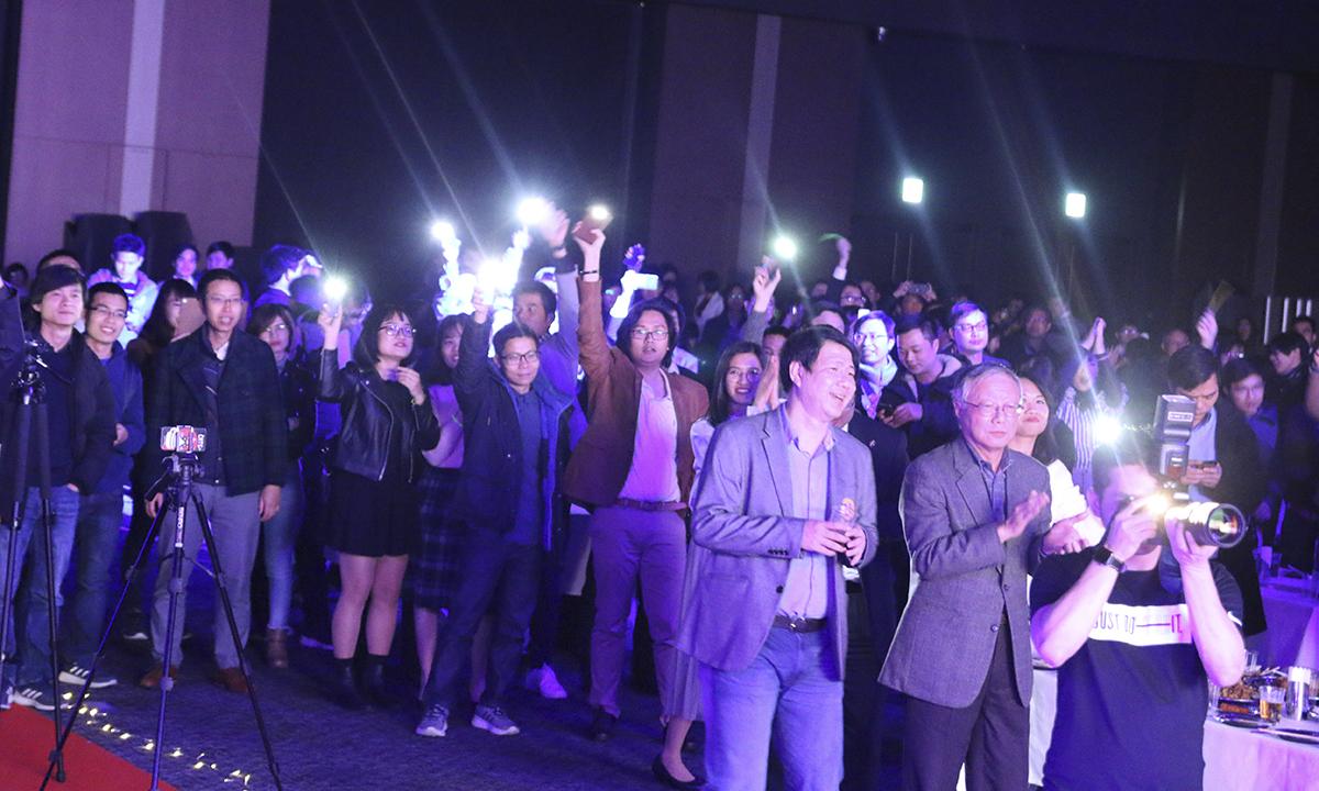 Cả khán phòng mở đèn pin điện thoại tạo nên không gian vô cùng lung linh. Bạn Bùi Hồng Phúc, chương trình 10k nội bộ, cho biết chương trình Sum-up không khí rất vui, mặc dù năm nay công ty có rất nhiều thay đổi.