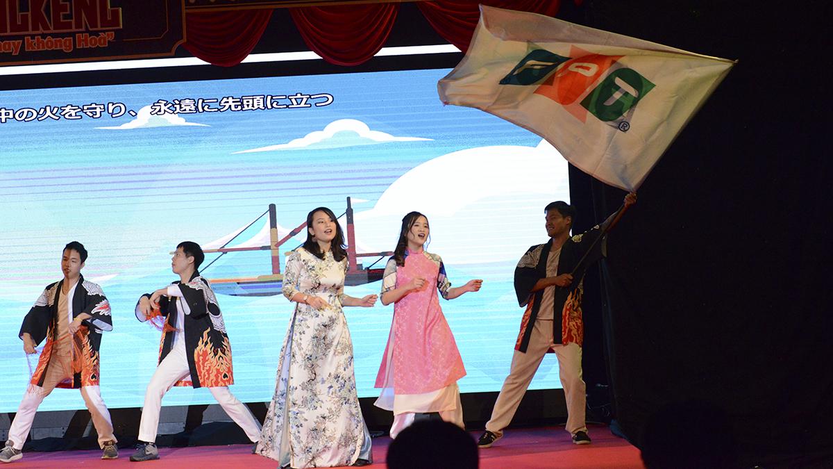 """Chương 2 có tên """"Cuộc vui bắt đầu"""" là không khí tại FPT Japan khi Hòa đã """"về quê"""". Nhạc được sử dụng là bài """"Dali Moonlight"""". """"Thủ trưởng rút lui là cuộc vui bắt đầu, không khí vui tươi lan tỏa khắp mọi nơi"""". Đây là một thời kỳ đầy hứa hẹn khi CEO mới quản lý."""