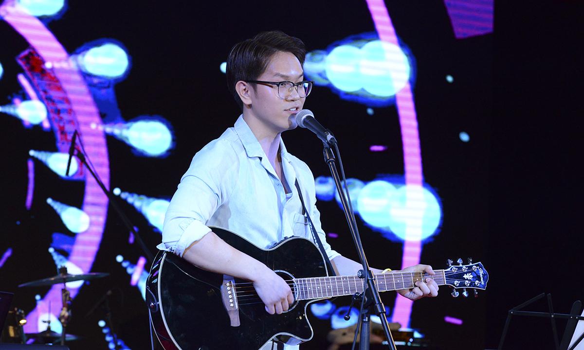 Giọng nam chính của ca khúc.