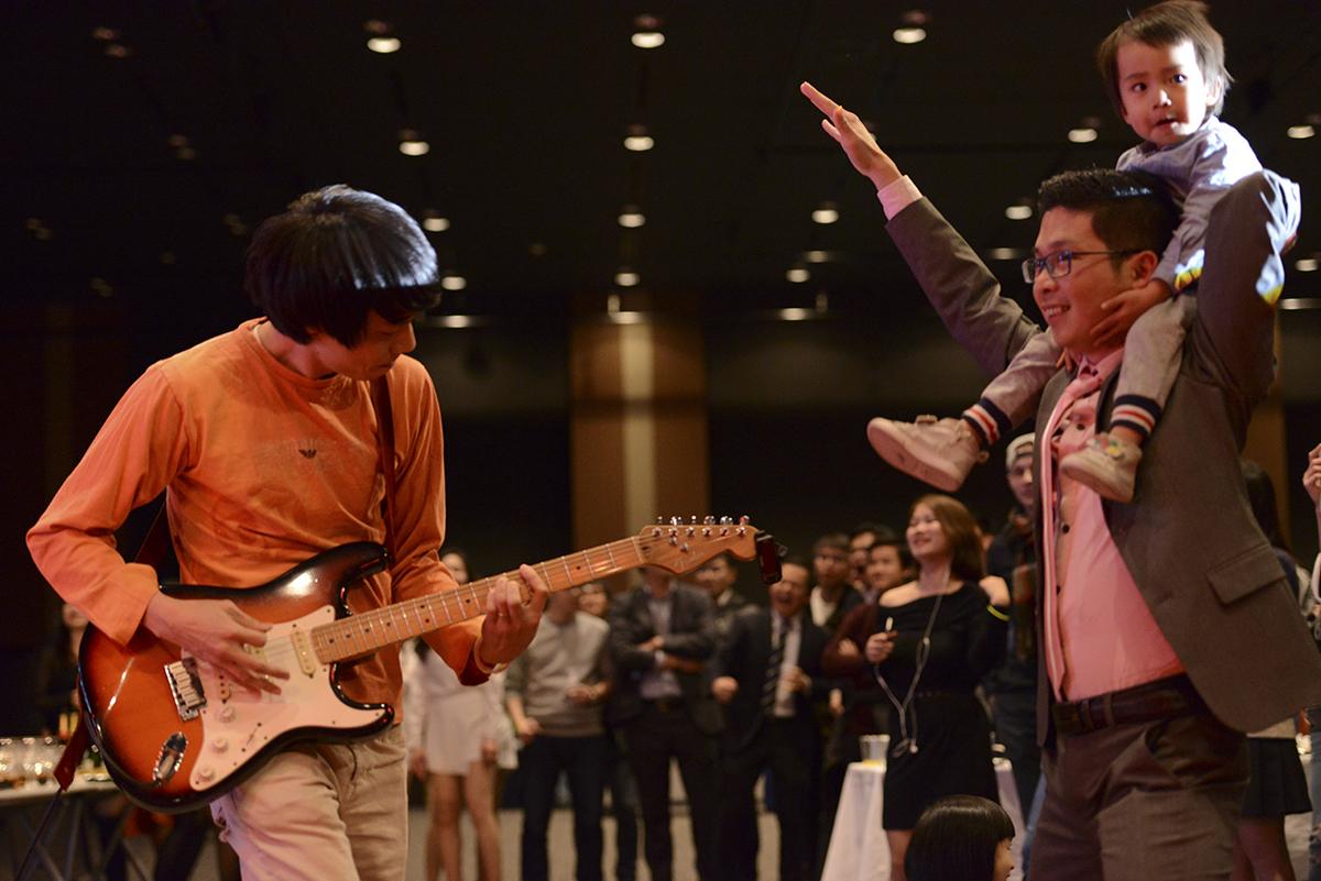"""""""Quẩy"""" cùng LTV Band còn có các FPT Small. LTV Band là ban nhạc nơi quy tụ những người có cùng đam mê âm nhạc của người FPT xứ mặt trời mọc. Band có sự tham gia của CTO FPT Japan Bùi Vĩnh Thắng (guitar), Phạm Gia Luận (guitar), Trần Quốc Văn (guitar), Nguyễn Hữu Hải (trống) và các vocal."""