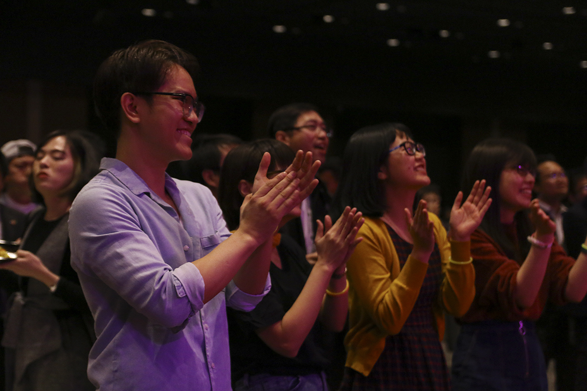 """Những người FPT Japan có mặt tại buổi Sum-up liên tục nhún nhảy, vỗ tay, ngân nga theo những câu hát """"I love you baby"""" lặp lại nhiều lần trong bài hát."""