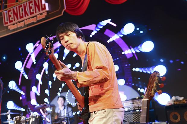 """Giám đốc Công nghệ Bùi Vĩnh Thắng là thành viên gạo cội của LTV Band. Hình ảnh CTO FPT Japan trong cây guitar trên sân khấu cũng là một điểm nhấn của ban nhạc. """"Hiếm có công ty nào CTO vẫn miệt mài biểu diễn nghệ thuật cho anh em xem"""", COO FPT Software Trần Đăng Hòa nhận xét."""