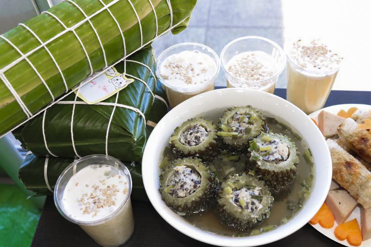 Những món ăn gợi nhớ không khí Tết cho những người con xa quê. Ảnh: Hoàng Sơn.