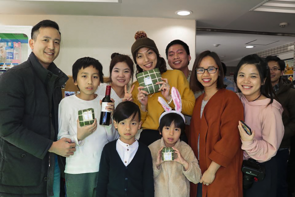 Ký túc xá Thôn Hạc tổ chức Hội làng Tsurumi để CBNV FPT Japan cư ngụ tại đây có dịp quây quần, nấu bánh chưng và chuẩn bị mâm cỗ Tết.Ảnh: Hoàng Sơn.