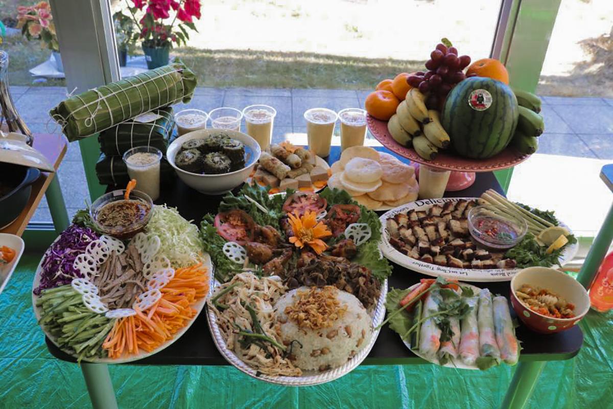 Các món ăn truyền thống 3 miền được CBNV tự tay chế biến. Ảnh:Hoàng Sơn.