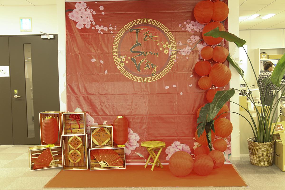 """Backdrop """"Tết sum vầy"""" khiến cả khoang làm việc tại văn phòng Daimon rực đỏ. Tất cả vật liệu trang trí được chuyển từ Việt Nam sang."""