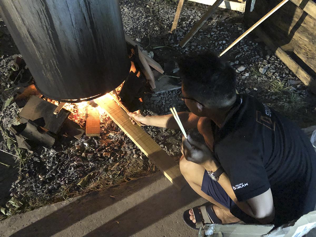 Mọi người thay nhau canh nồi bánh để châm lửa giúp bánh chín đều. Theo chị Lê Kiến Định - Cán bộ Văn hóa-Đoàn thể Synnex FPT cho biết một chiếc bánh chưng sẽ có giá 100 nghìn đồng.