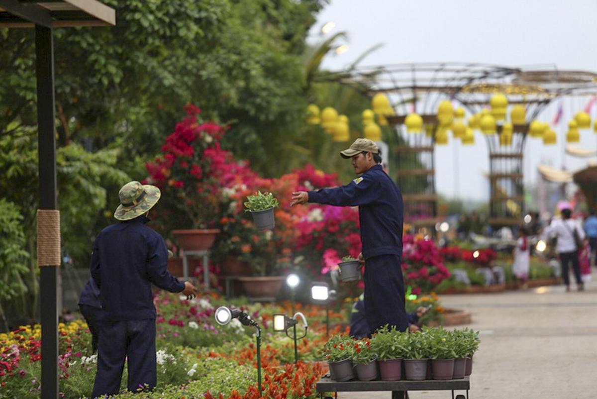 Trước giờ khai mạc Đường hoa Nguyễn Huệ vào tối 2/2 (28 Tết), những khâu chuẩn bị cuối cùng đã được các công nhân gấp rút hoàn tất.