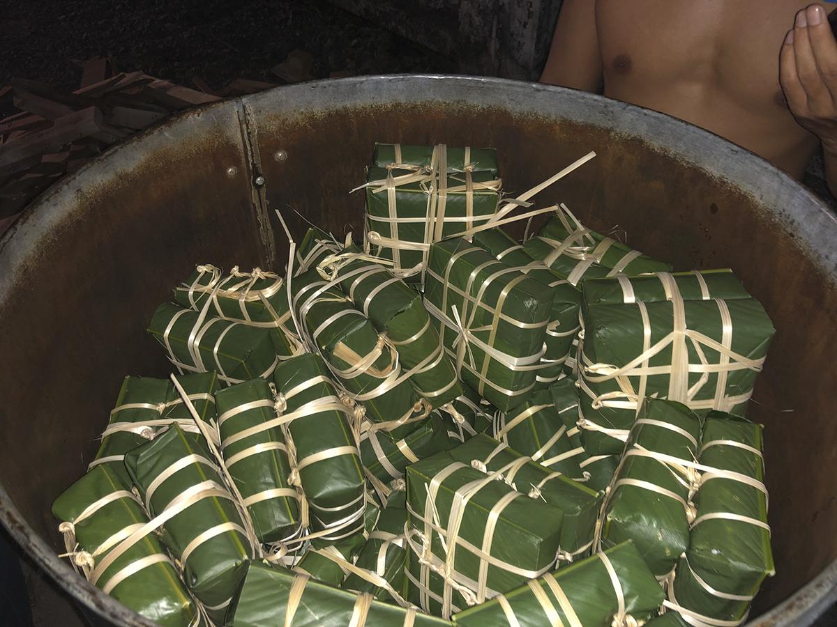 Sau khi gói xong, những chiếc bánh chưng đã được các thần dân nhà Phân phối xếp ngay ngắn vào chiếc nồi hấp lớn chuẩn bị sẵn từ trước để bắt đầu nấu bánh ngay tại khu vực tòa nhà FPT Tân Thuận 2.