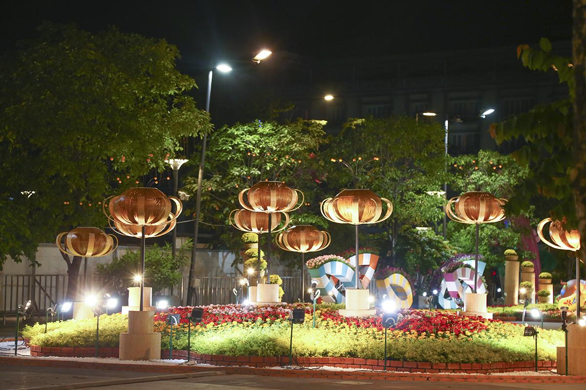 Theo những người dân kinh doanh ở khu vực xung quanh đường Nguyễn Huệ thì năm nay trang trí đẹp và hoành tráng hơn những năm gần đây.