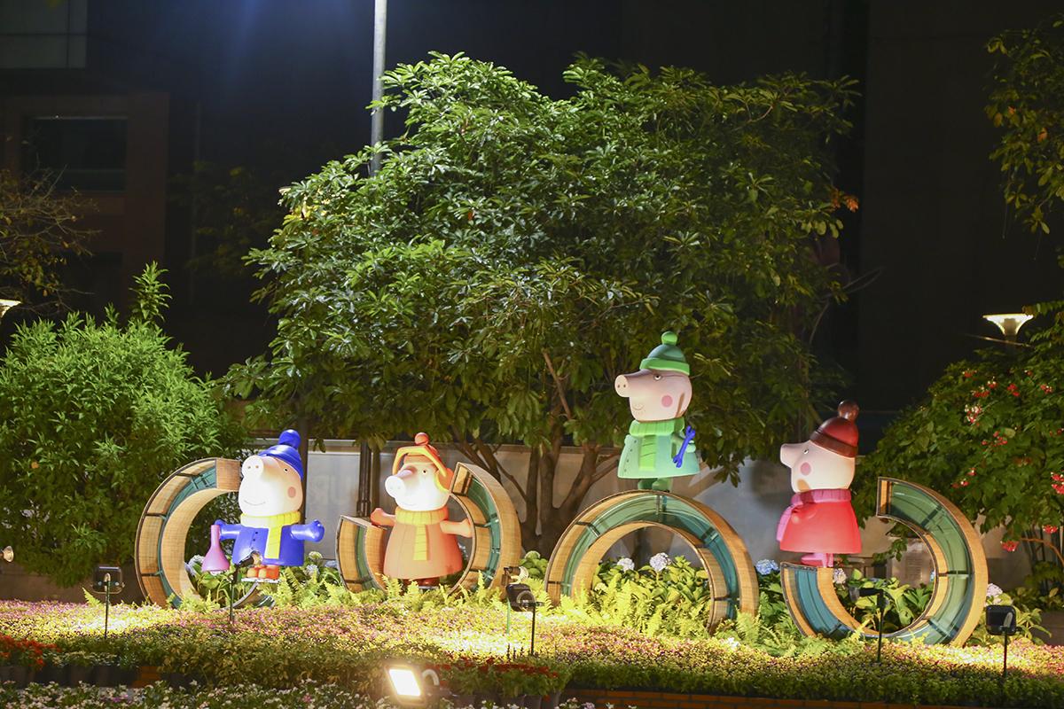 Công tác thi công đường hoa Tết Kỷ Hợi 2019 trên phố đi bộ Nguyễn Huệ vẫn đang rất tất bật với những phân đoạn cuối cùng. Về cơ bản, đường hoa đã hoàn thành các tiểu cảnh chủ đạo. Hoa từ khắp nơi vẫn đang chuyển đến để tô điểm cho đường hoa Tết năm nay.