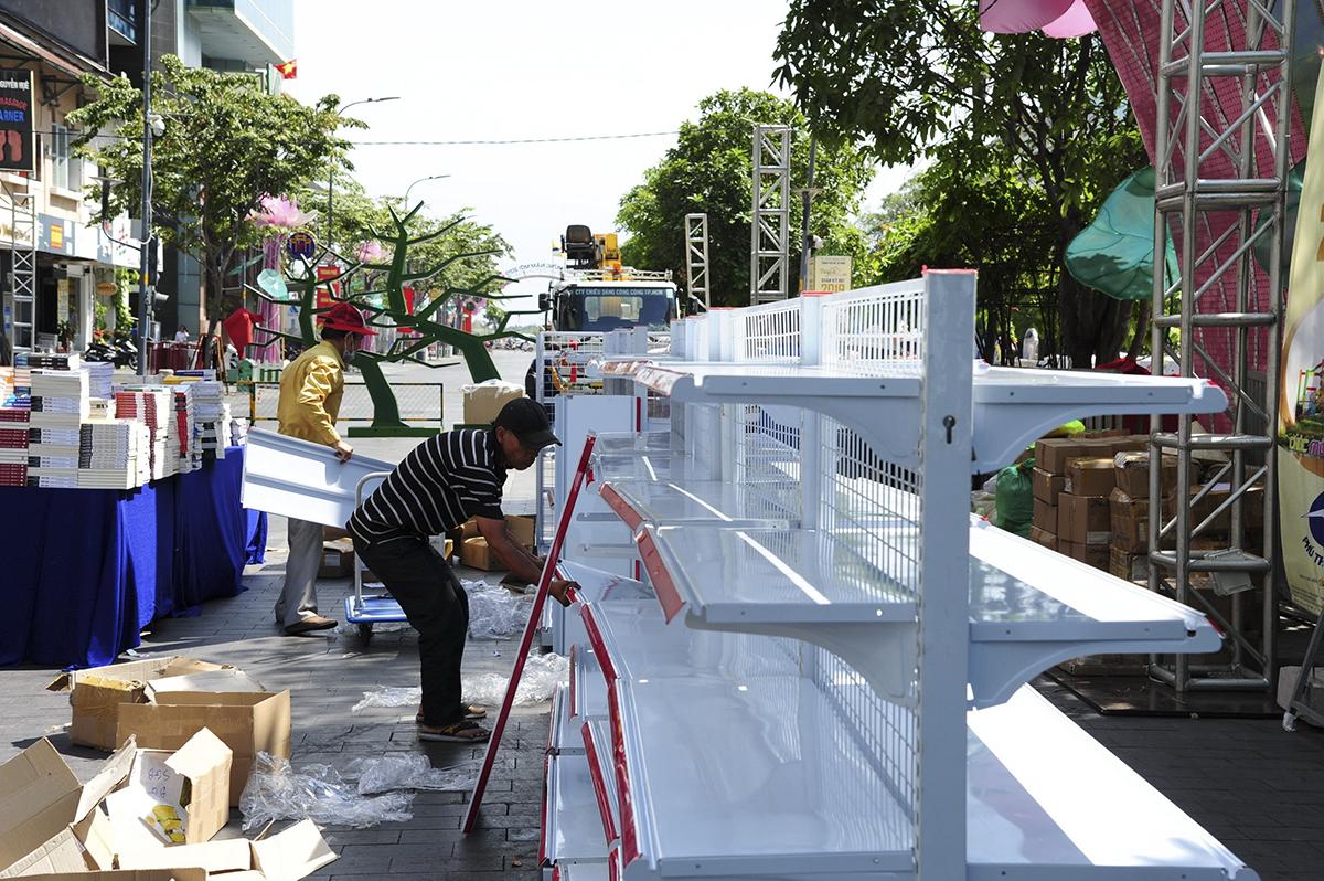 Kết hợp cùng đường hoa Nguyễn Huệ còn có hội sách mùa xuân được tổ chức bởi ban quản lý của đường sách Nguyễn Văn Bình.