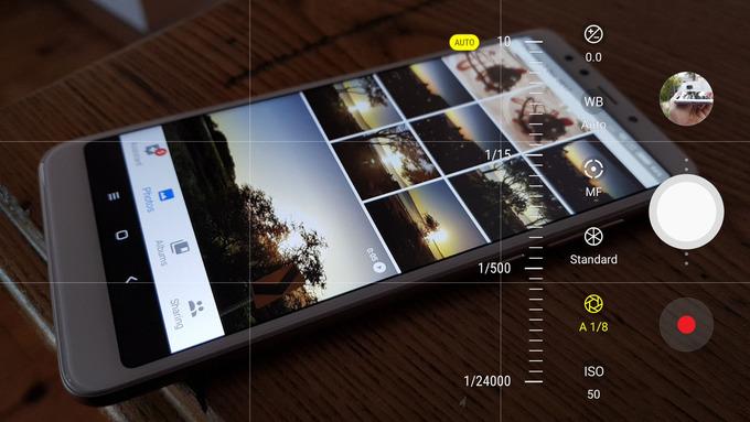 Không ngại chế độ chụp thủ công Người dùng smartphone hiện nay chủ yếu sử dụng camera với chế độ tự động. Nhà sản xuất cũng đã tối ưu, áp dụng trí tuệ nhân tạo để ảnh đẹp hơn. Tuy nhiên, trong một số điều kiện cụ thể, như ngược sáng, phần mềm sẽ không thể tối ưu. Lúc này, chế độ thủ công nên được chọn và bạn có thể dành một chút thời gian để tìm hiểu về ISO, cân bằng trắng, khẩu độ… Khi hiểu được chức năng của nó, việc điều chỉnh thông số và chụp theo ý đồ sẽ dễ dàng hơn nhiều.