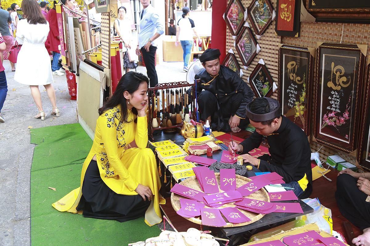 Năm nay, phố có 30 gian hàng bày biện nhiều câu đối chúc Tết ở vỉa hè đường Phạm Ngọc Thạch và trong khuôn viên Nhà văn hóa Thanh Niên.