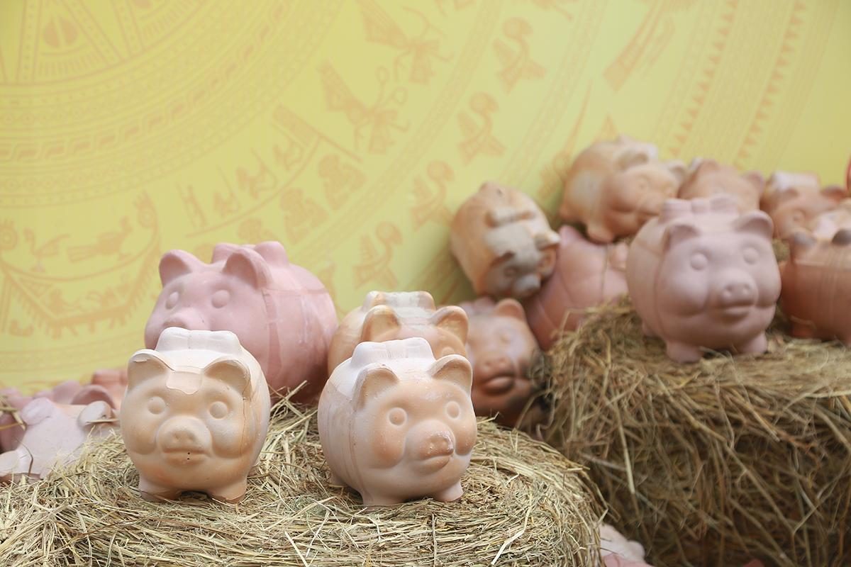 Năm nay là năm con lợn nên hình ảnh những chú lợn đất ngộ nghĩnh, đáng yêu được trưng bày khắp các gốc mai vàng trên phố ông đồ.