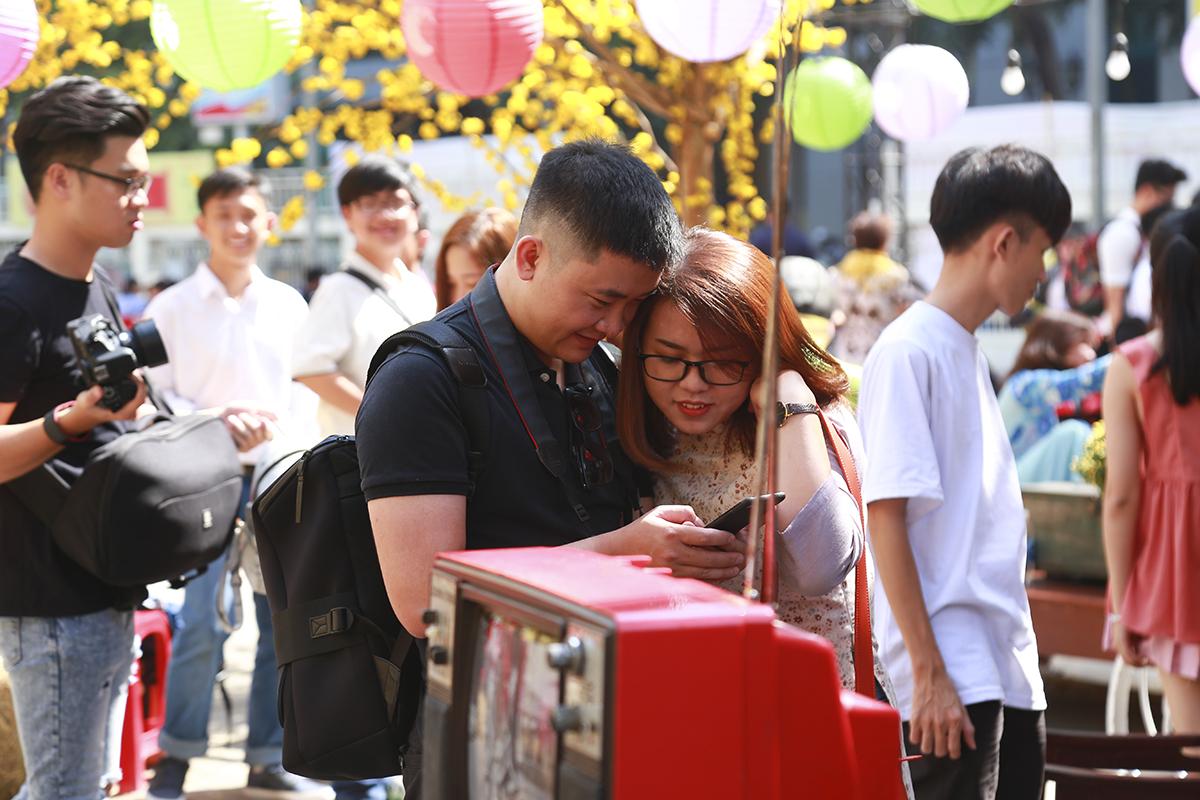 Đây cũng là dịp mà các nhiếp ảnh gia trở nên bận rộn khi ở phố ông đồ luôn có hàng chục tay ảnh có mặt sẵn sàng phục vụ nhu cầu sống ảo của mọi người.